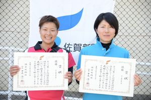 40歳未満の部 優勝した萩原美里(左)・栗由紀組