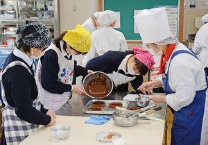溶かしたチョコレートをタルトに流し込む高校生=佐賀市多布施の西九州大佐賀調理製菓専門学校