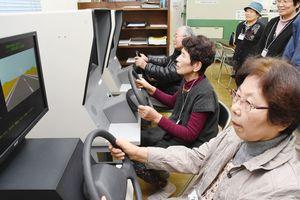 専用機械を使って運転適正を検査する参加者=上峰町のひがしさが自動車学校