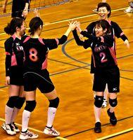 バレーボール一般女子2回戦・唐津市-武雄市 ポイントを決め喜ぶ唐津市のメンバー=有田町の西有田中体育館