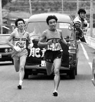 峠越えの5区を力走する小野茂行(右)。35回大会では5人抜きの快走を演じた=1982年