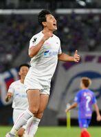 鳥栖-FC東京 後半11分、3点目のゴール決めて喜ぶ鳥栖FW趙東建=東京都の味の素スタジアム