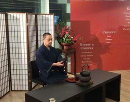 「日本味の宿」の活動の一環で、台湾でお点前を披露する大河内正康社長