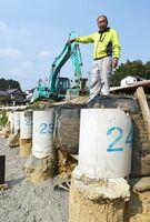 長さ約10メートルのくいを打ち込み擁壁の基礎作りが進む坂田哲也さん宅周辺=熊本県阿蘇郡西原村