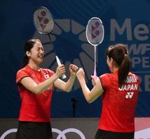 女子ダブルスで初優勝を決め、喜ぶ米元(左)、田中組=ドバイ(共同)