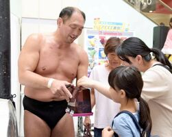 プロレスの試合会場で、ファンに募金を呼び掛ける大谷晋二郎さん=栃木県内(「ZERO1」提供)