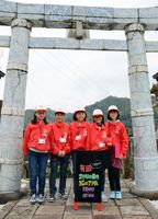 そろいの赤いジャンパーで有田町の名所を紹介する有田まちなか案内ジュニア隊のメンバー=有田町の陶山神社