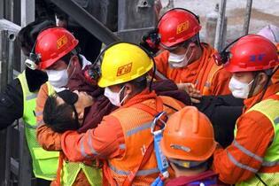 中国の金鉱爆発で2週間ぶり救出
