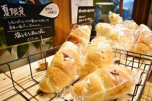 スコルカフェ店内ではパンも販売。夏季限定の「塩レモンあんぱん」(210円)は人気が高まっているという=多久市の同店
