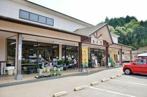 伊万里産の梅の加工品などが並ぶ、JA伊万里の直売所「松浦の里」