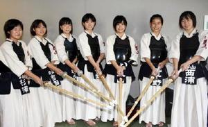 奈良県からの初出場で、女子3回戦に進出した郡山の選手たち=県総合体育館