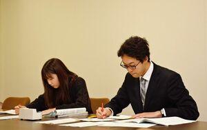 2次試験の出願が始まり、郵送の書類を確認する担当者=佐賀市本庄町の佐賀大学