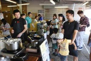 若手経営者の飲食店が一堂に会したフードイベントが開かれ、家族連れや若者でにぎわった朝市会場=伊万里市伊万里町