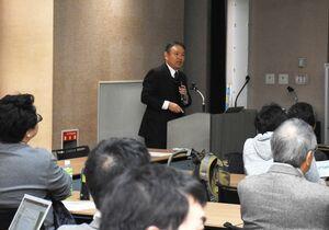 今後の豪雨災害の対策などについて説明する大串浩一郎教授=佐賀市本庄町の佐賀大学