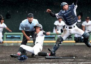 2回戦・太良-多久 5回裏多久1死二、三塁、3番七浦楓斗のスクイズで生還する三走古賀渓太(左)=みどりの森県営球場