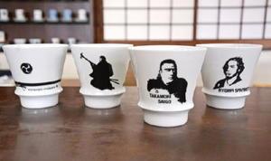 西郷隆盛を描いた「匠の蔵 至高の焼酎グラス」(右から2つ目)。有田陶器市から販売される
