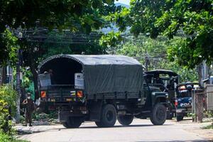 9日、ミャンマー・ヤンゴンで、デモを妨害するため道路に駐車したトラック(AP=共同)