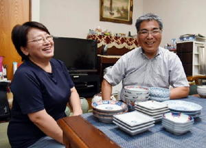 「譲り受けた器を眺めていると、仲が良かった両親の姿を思い出す」と話した城野啓子さん(左)。右は夫の幸さん=三養基郡みやき町豆津の自宅
