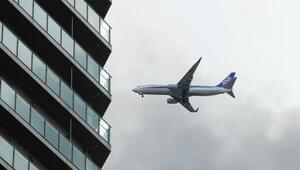 羽田空港の新飛行ルートの実施が始まり、東京都心上空を飛行する航空機=3日午後、東京都港区