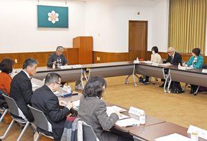 県環境審議会で、地球温暖化対策計画の改定案を協議する委員=佐賀県庁