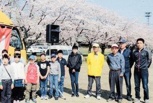 満開のさくらの下、まつりに参加した地域の人たち(昨年の「さくらまつり」)=基山町長野の野口運動広場で