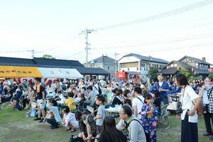 開始間際に関わらず、たくさんの人手でにぎわう長崎街道門前広場=神埼市神埼町