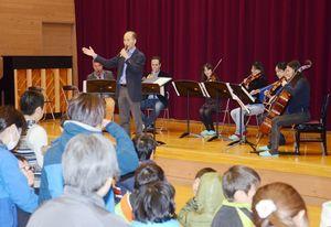 唱歌「故郷」を演奏するムジカ・レアーレのメンバー=嬉野市のうれしの特別支援学校
