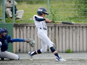 東川登少年-江北少年 6回裏江北少年2死満塁、2番松尾颯太が本塁打を放ち7-0とする=基山町多目的グラウンド