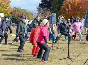 ロコモ予防の体操を紹介する森恵美さん(中)=佐賀市の県立森林公園
