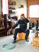 小屋の中で、わなに使用するワイヤを準備する中島久嗣さん