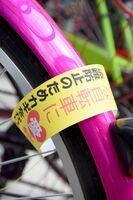 無施錠の自転車に、ワイヤ錠に見立てた紙を巻いた=小城市のJR小城駅駐輪場