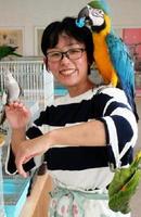 「鳥たちの愛らしい魅力を感じてほしい」と話す芳賀さん