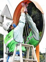 カーブミラーを点検、清掃する神埼建設業協会のメンバー=神埼市脊振町