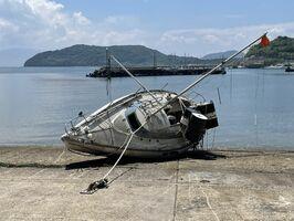 唐津市が引き上げた沈没船=唐津市湊の湊浜漁港