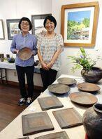 画家の濱さん(右)と泥縄窯の中島さん=東京・銀座の銀座ギャラリー