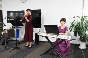 バイオリンの岩永ゆりさん(左)とピアノの保坂奈月さんによるさぎんロビーコンサート=武雄市の佐賀銀行武雄支店