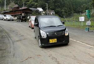 通行止めが解除され、孤立していた小野地区方面に向かう車両=12日午後、大分県日田市