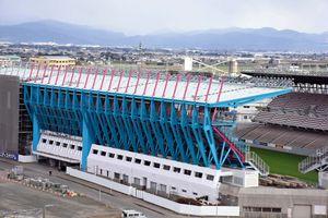 サガンブルーとサガンピンクへの塗り替えが進むベストアメニティスタジアム=鳥栖市