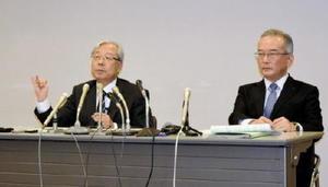 4月からの組織改正について記者会見する九州電力の瓜生道明社長=福岡市の九州電力本店