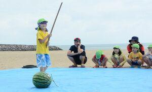 スイカ割りを楽しむ園児たち=太良町の白浜海水浴場