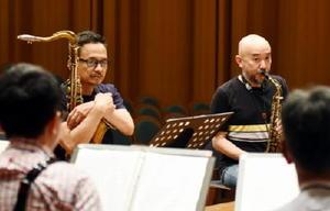 チューニングで音を確かめるサキソフォビアの井上ヒロシさん(右)と岡淳さん=鹿島市のエイブルホール