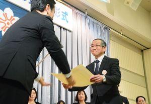 山口県知事から表彰状を受け取る受賞者=佐賀市新栄東のガーデンテラス佐賀(マリトピア)