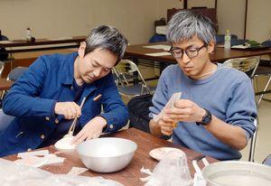 転写シールを貼る体験をするデザインスクールの参加者=嬉野市の肥前吉田焼窯元会館