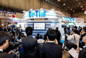 10月下旬に開かれた日本最大のIT専門展。オプティムのブースでは、日本マイクロソフトなど提携企業の担当者も説明役を担い、関心を集めた=千葉県の幕張メッセ