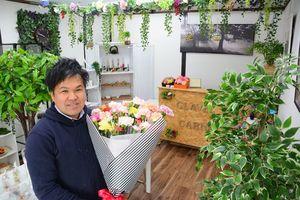 カーネーションのハウス栽培を手掛ける平田憲市郎さんが開いた直営店「カーネーション平田花園」=唐津市和多田