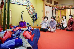 端午の節句展で、並んだこいのぼりの人形など=佐賀市成章町の佐賀県婦人会館