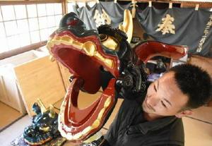 修復を終えた「神田のカブカブ獅子」の雄獅子。奥が雌獅子=唐津市神田の飯田観音堂