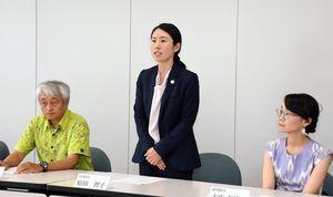活動を報告する原田智子さん(中央)=佐賀県庁