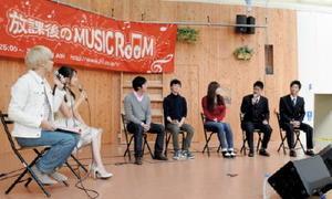 佐賀学園の生徒(右から2人)も登壇し、熊本の大学生ら(中央3人)と熊本地震への取り組みを紹介した=佐賀市の656広場