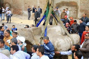 エジプト・カイロで、地上に引き上げられた古代ファラオの巨像の胸部=13日(共同)